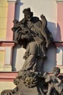 Detail sochy světce na náměstí.