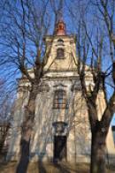 Průčelí kostela svatého Petra a Pavla.