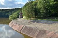 Východní břeh přehrady.