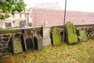 Staré náhrobky u kostela sv. Maří Magdaleny.