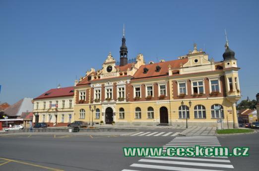 Novorenesanční budova radnice.