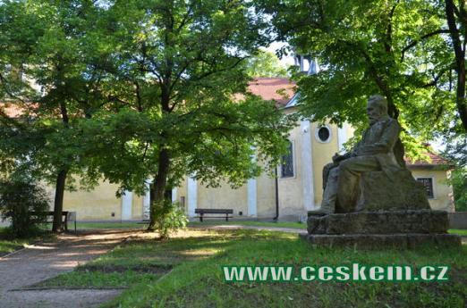 Pomník Svatopluka Čecha u kostela.