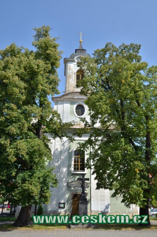 Průčelí kostela sv. Vavřince.