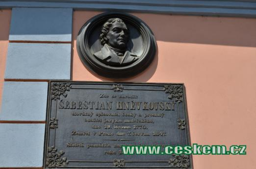 Pamětní deska Šebestiána Hněvkovského.