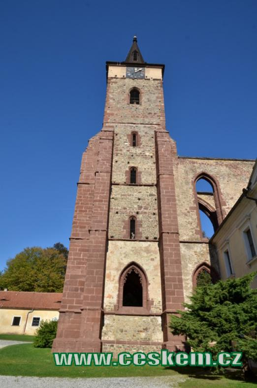 Věž klášterního kostela od jihu.