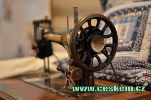 Historický šicí stroj.