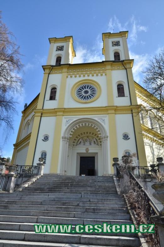 Průčelí kostela Nanebevzetí Panny Marie.
