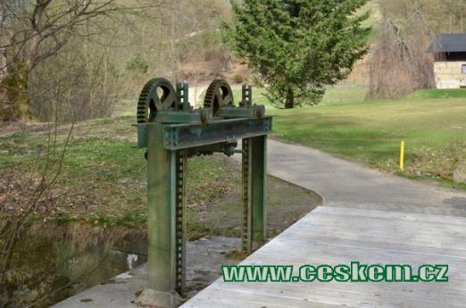 Stavidlo rybníka v zámeckém parku.