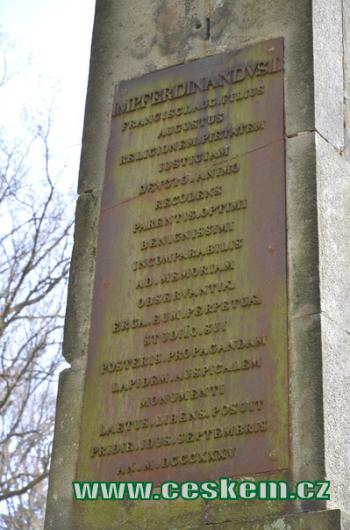 Nápis na obelisku.
