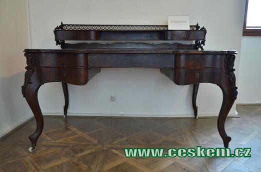Historický psací stůl.
