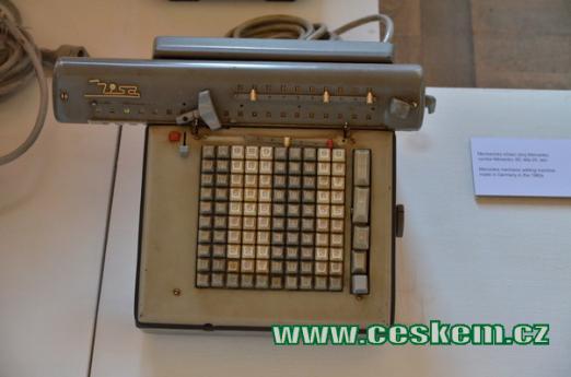 Elektromechanická kalkulačka.