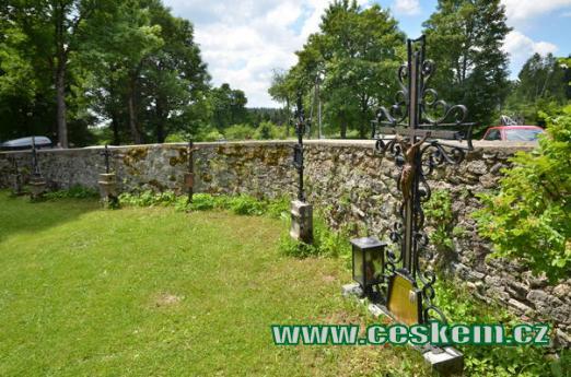 Hřbitov u kostela.