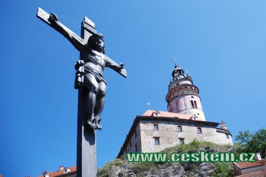 Kříž na Lazebnickém mostě a zámecká věž.