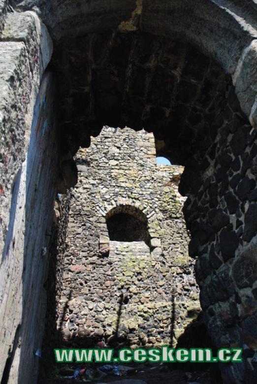 Pohled do okna velké věže.