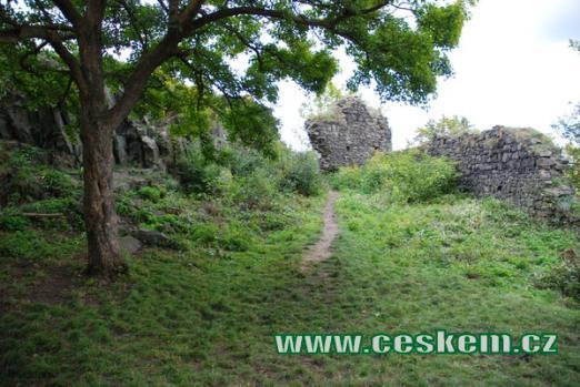Zbytky hradních zdí.