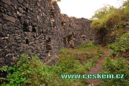 Jedna z hradních zdí.