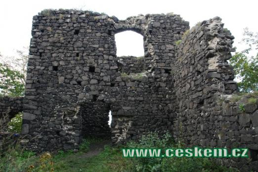 Jedna z budov dávného hradu.