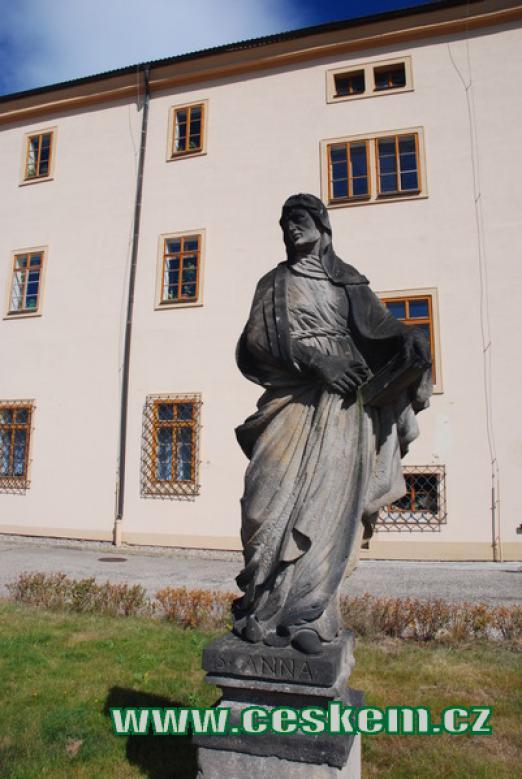 Socha sv. Anny před Jezuitskou kolejí.