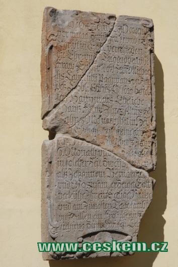 Starý německý text u vchodu do bývalého Jezuitského gymnázia.