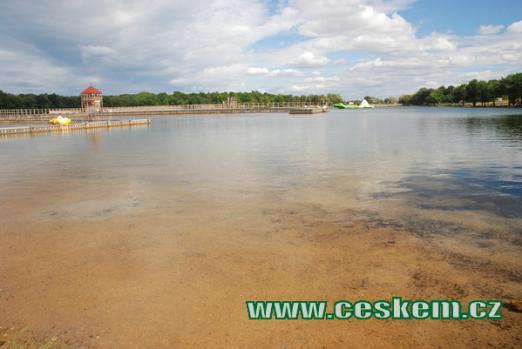 Průzračně čistá voda v jezeře.