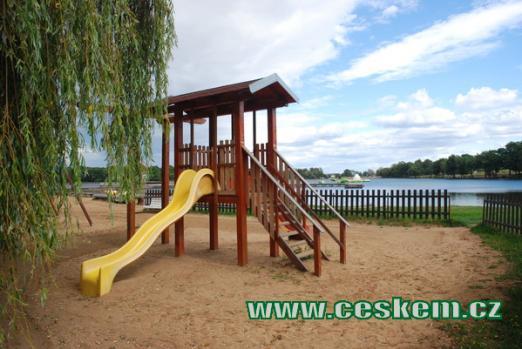 Jezero je rájem pro děti.
