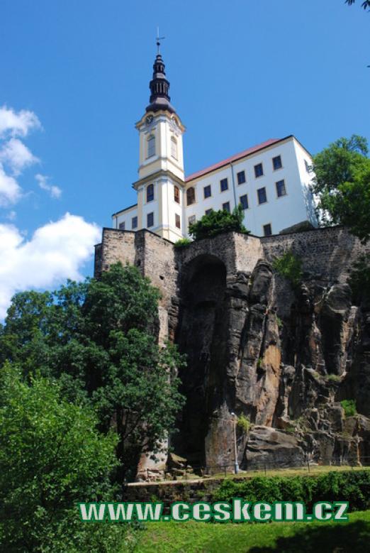 Zámek na ostrohu nad soutokem Labe a Ploučnice.