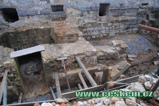 Odkryté základy středověkého hradu - červenec 2009.