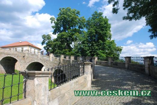 Most v hradním příkopu.