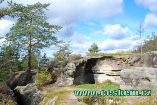 Zbytky skalního hradu.