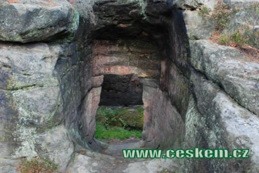 Dávný skalní hrad severovýchodně od Jetřichovic.