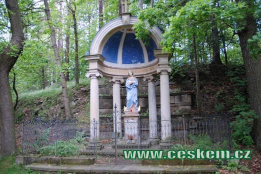 Gloriet se sochou Panny Marie na vrcholu Křížové hory.