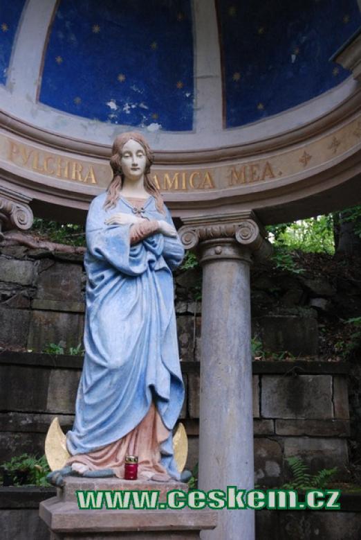 Gloriet se sochou Panny Marie.