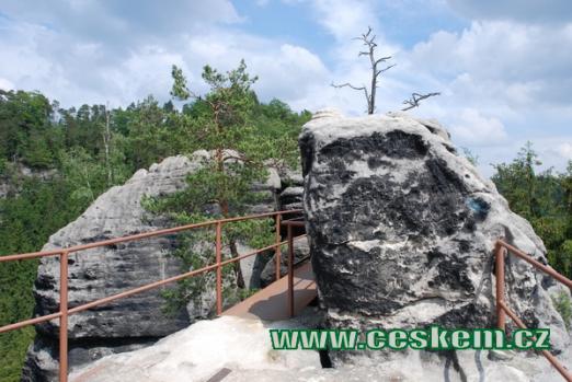 Skalní hrad vybudovaný u tzv. České cesty.