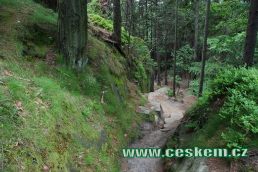 Cestou od skalního hradu.