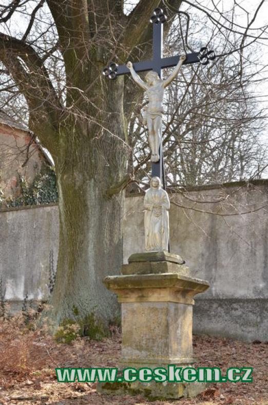 Křížek u hřbitova.