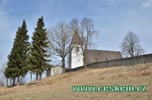Kostel a hřbitov.