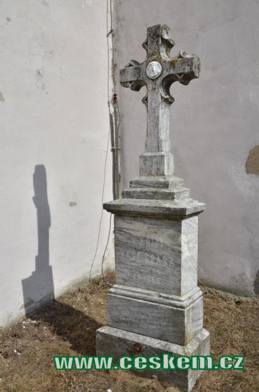 Kříž na hřbitově.