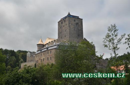 Dominantou je lichoběžníková věž.