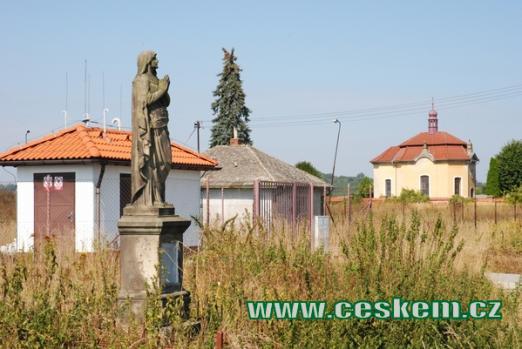 Soška panenky Marie u silnice od Psinic.