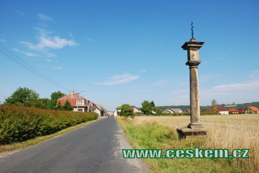 Příjezd do obce od Psinic.