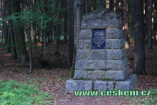 Památník na Jiřího Wachtla v nedalekém lese.