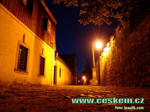 Noční ulice Pod hradem.