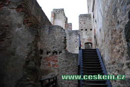 Schodiště podél hradního paláce.