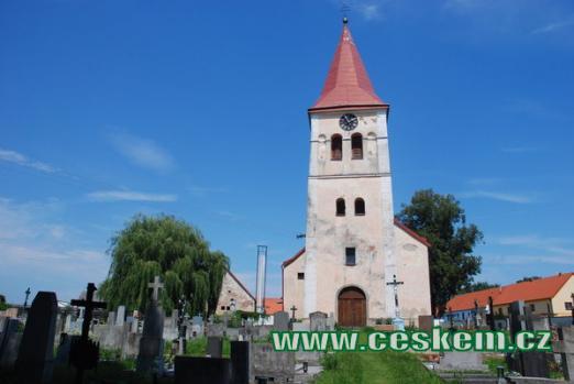 Místní hřbitov s kostelem Narození Panny Marie.