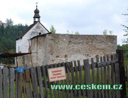 Zbytky dávného hradu a kostel sv. Jana Křtitele.