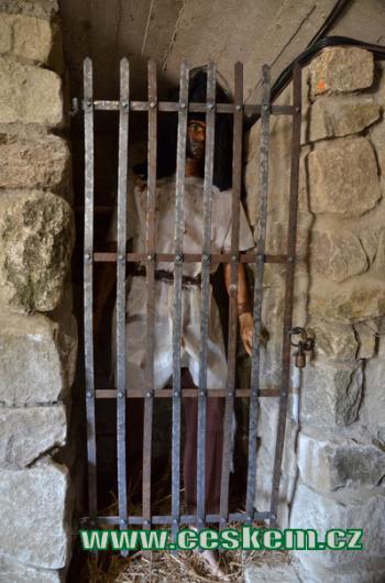 Vězeň v tajné chodbě.