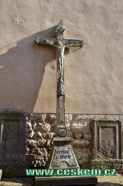 Kříž u kostela Nanebevzetí Panny Marie.