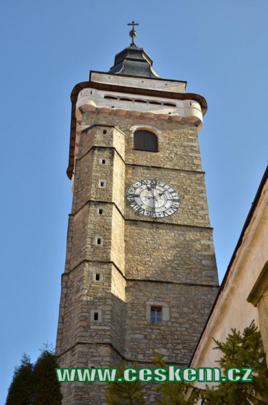 Detail věže kostela Nanebevzetí Panny Marie.