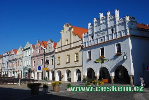 Domy na dolní části Masarykova náměstí.