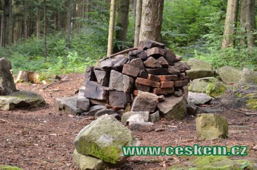 Kameny ze zbytků věže.